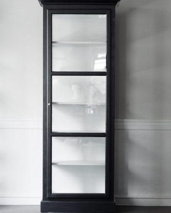 v1 black fritskrab 350x435 - Vitrineskap - Mod. V1