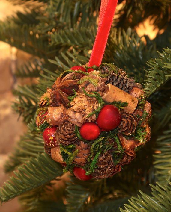 IMG 4451 570x708 - Julekule - Røde bær, kongler og glitter
