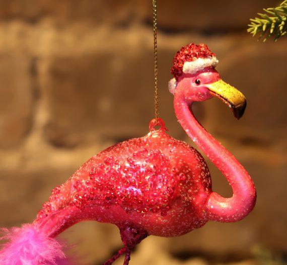 "IMG 4809 570x527 - Julepynt - ""Flamingo w/ christmas hat"""