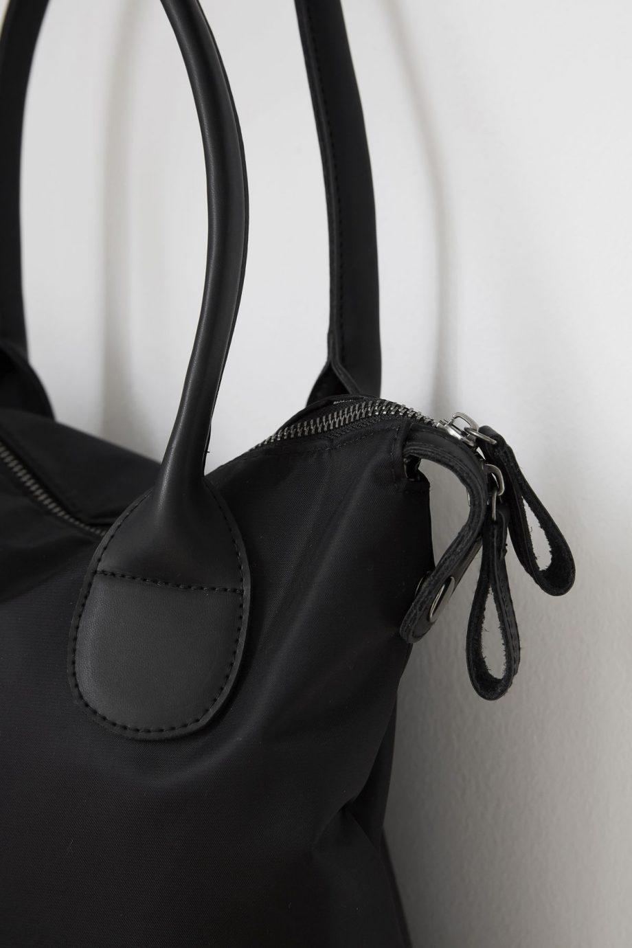 web1800 white cg0801 03 920x1380 - Travel bag - Svart