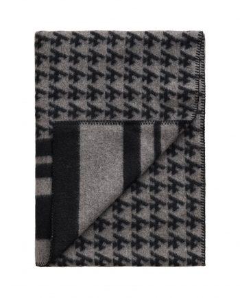 3421 577911d365 tomwoodblanketlogogrey3 full 1 350x435 - TomWood x Røros Tweed - Ullpledd logo print grey