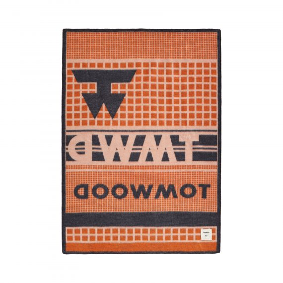 3421 d06ccbadd3 tomwoodblanketlogoprintorange2 full 1 570x570 - TomWood x Røros Tweed - Ullpledd logo print orange