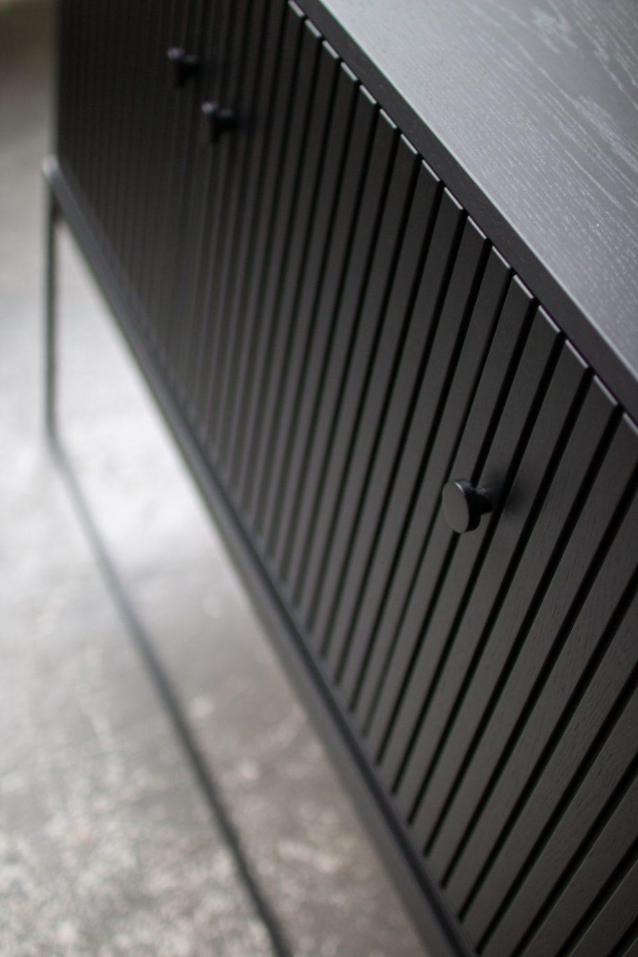 S Storage Sideboard Dis 120 Grooved detail EW 05 920x1380 - Dis skap 120